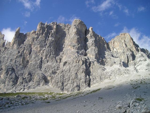 mountains-895_640.jpg