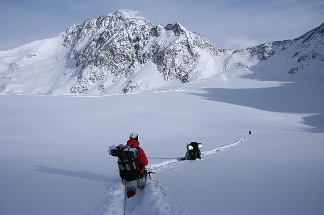 winter-hike-1796562_640.jpg